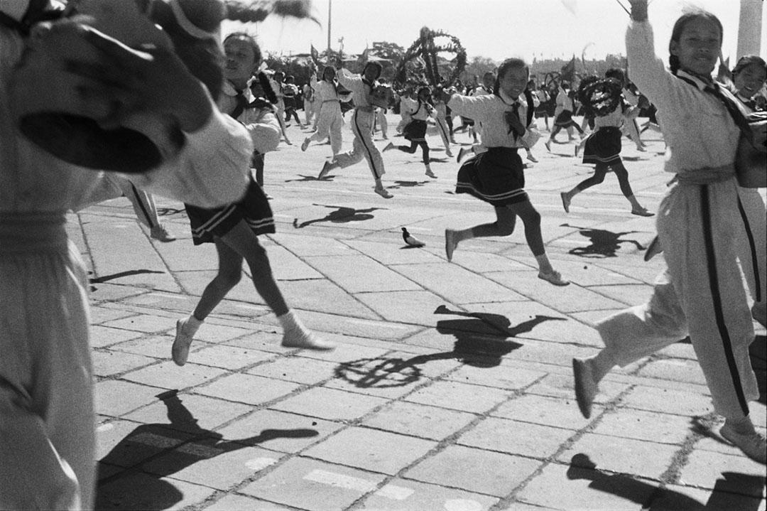 1958年10月1日 ,北京,中華人民共和國建國九年的慶祝遊行。 圖片來源:© Fondation Henri Cartier-Bresson / Magnum Photos / 臺北市立美術館