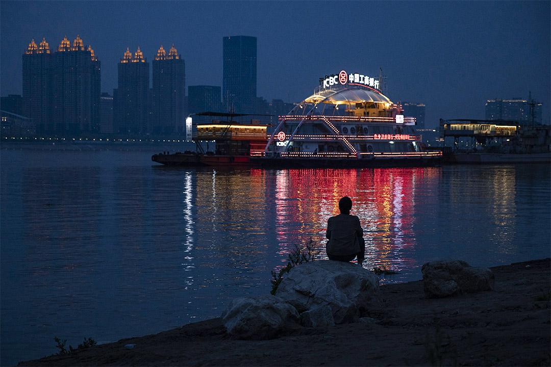 2020年4月5日,居民在湖北省武漢市長江旁。 攝:Ng Han Guan/AP/達志影像