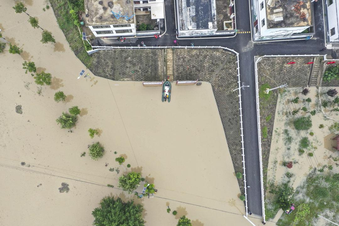 2020年7月21日,安徽阜南縣,王家壩泄洪,沿岸居民緊急疏散。