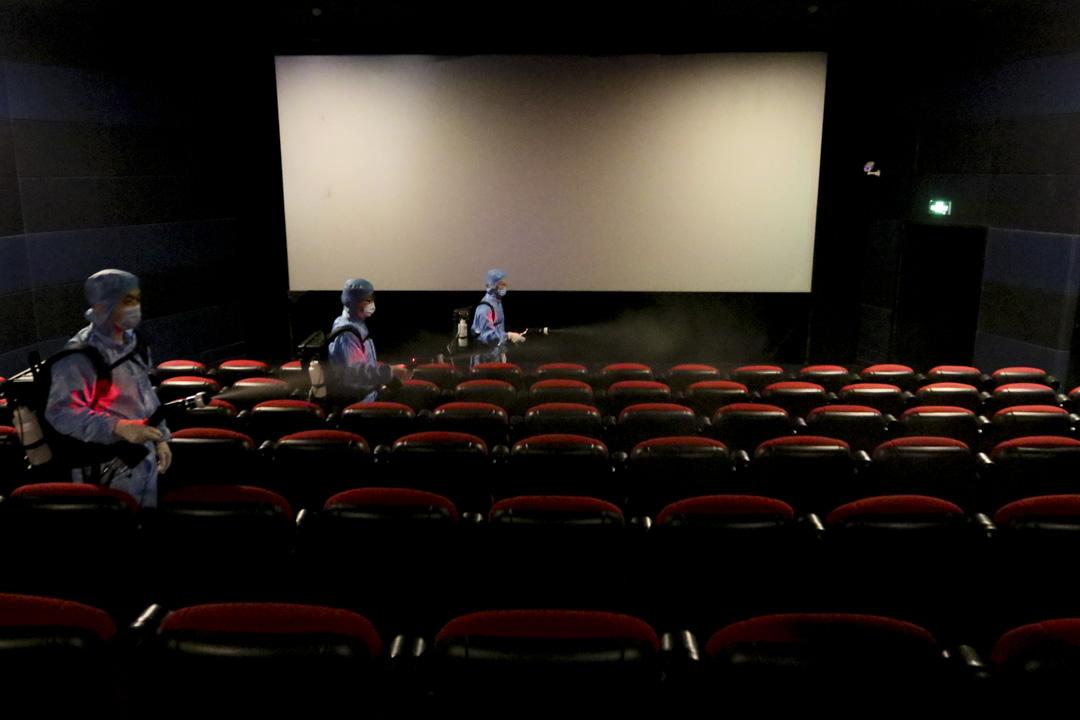 2020年7月17日,山東省煙台市一間電影院的工作人員使用靜電噴霧為觀影廳進行消毒 。 攝:Costfoto/Barcroft Media via Getty Images