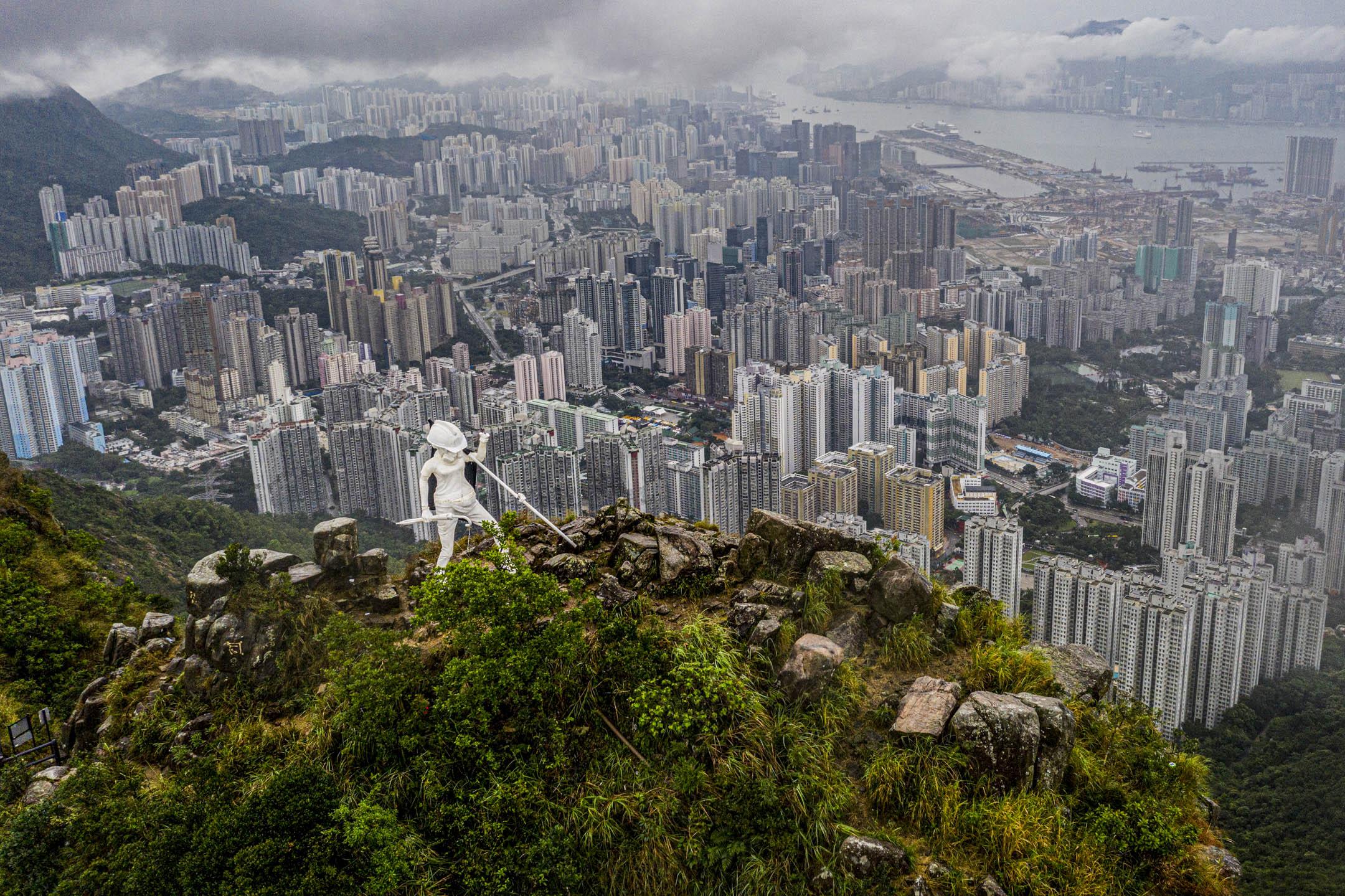 2019年10月14日清晨,全副裝備的四米高「香港民主女神像」成功登上獅子山山頂。 圖:受訪者提供