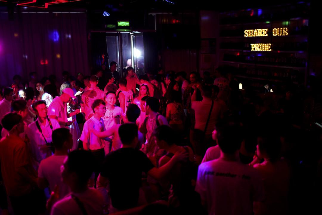 上海一間同志酒吧的派對在進行中。