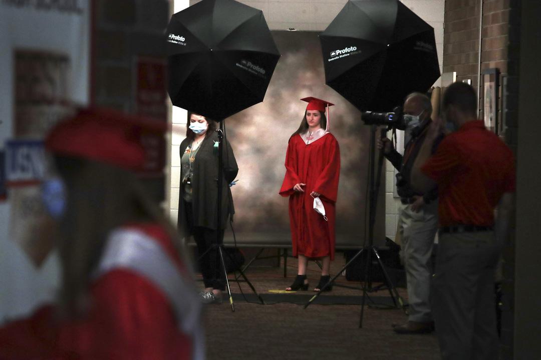 2020年5月6日,美國伊利諾伊州一間高中畢業典禮上,學生們在拍照。  攝:Scott Olson/Getty Images