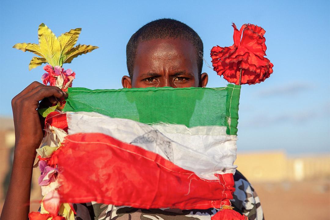 2011年11月15日索馬利蘭,一個十幾歲的男孩拿起一面索馬利蘭的國旗。