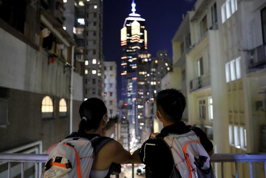 2020年7月23日,暴動罪判決的前夜,杜依蘭與湯偉雄遙看香港夜空。