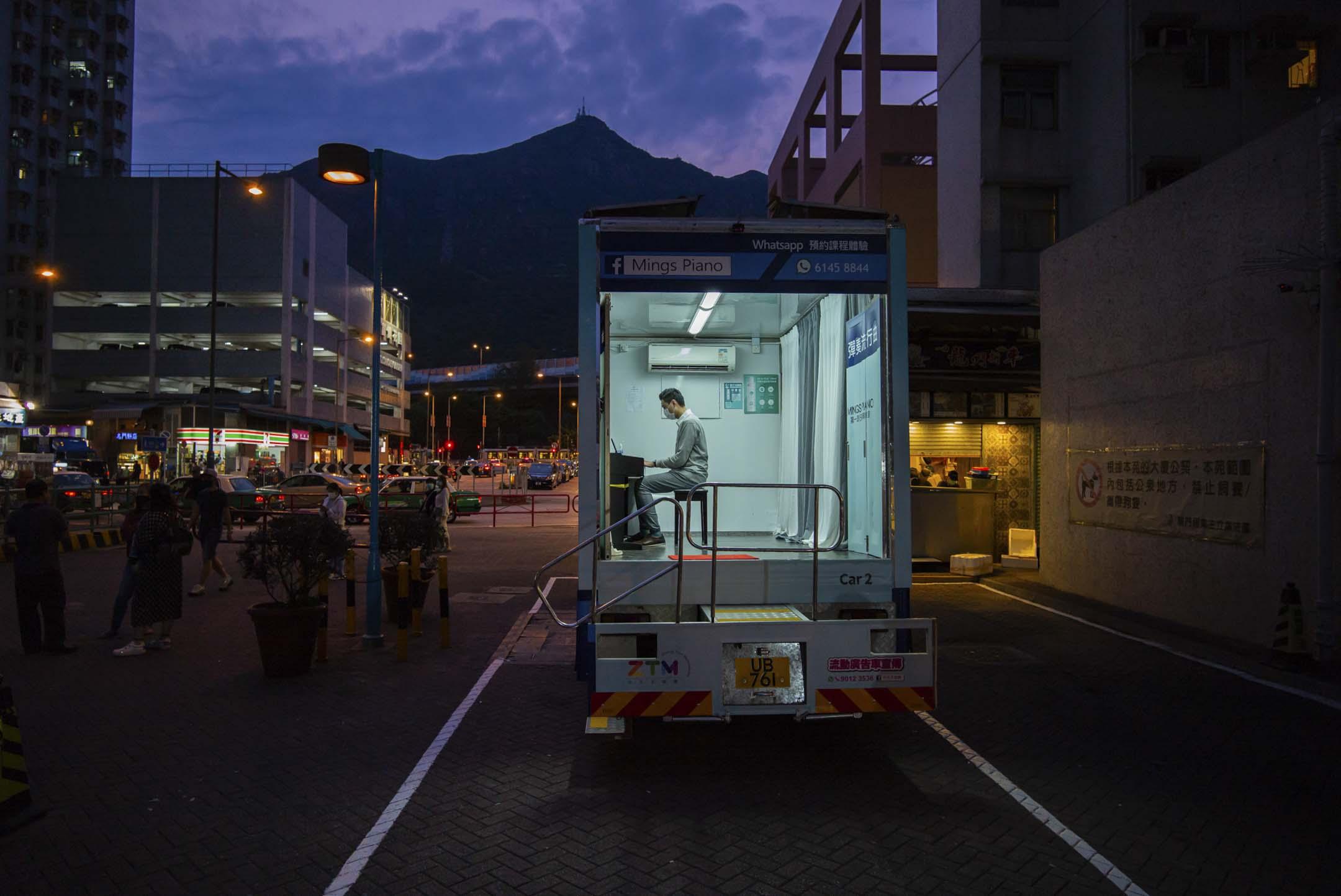 2020年4月10日,香港,一架貨車停泊在停車場,內有音樂教師在貨車內彈鋼琴。 攝:Billy H.C. Kwok/Getty Images