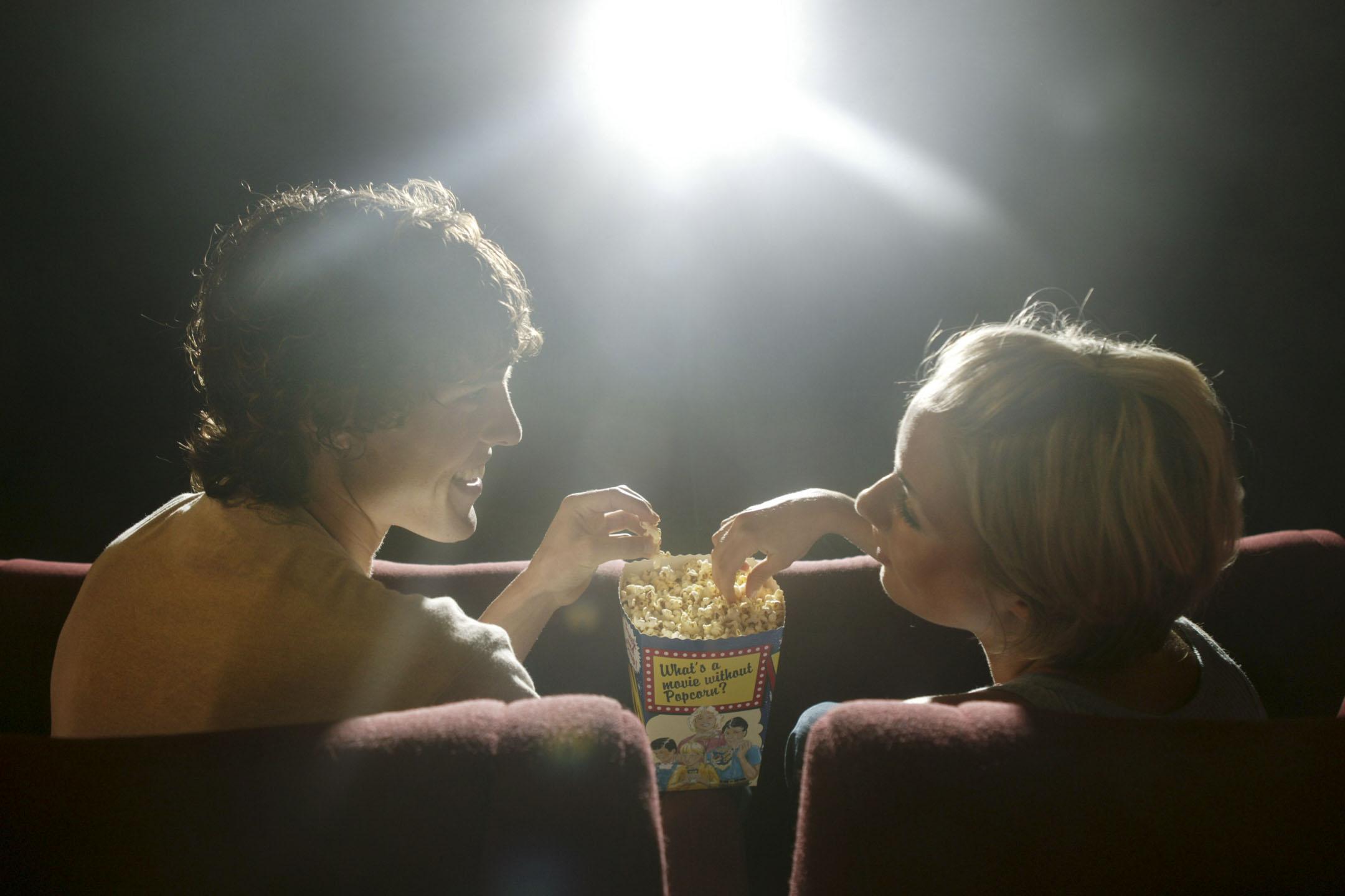 2004年12月10日,一對夫婦在電影院觀影時吃爆米花。 攝:Fairfax Media via Getty Image