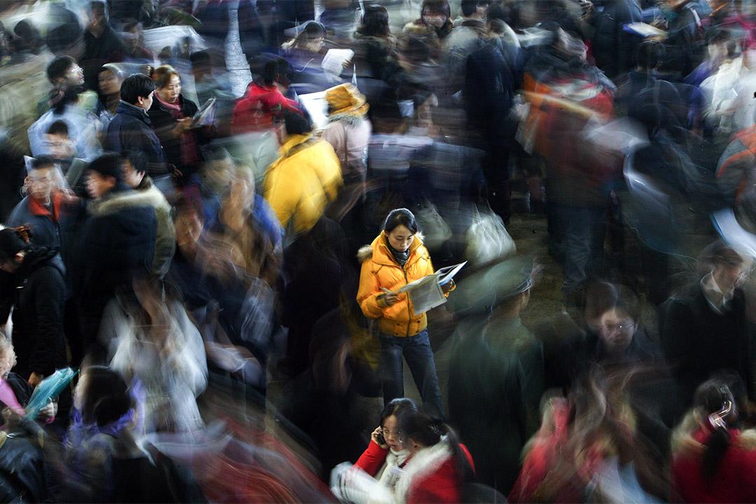2008年12月14日北京,求職者擠在一個招聘會上,展會上有近40,000名申請人爭奪約14,228個工作職位。