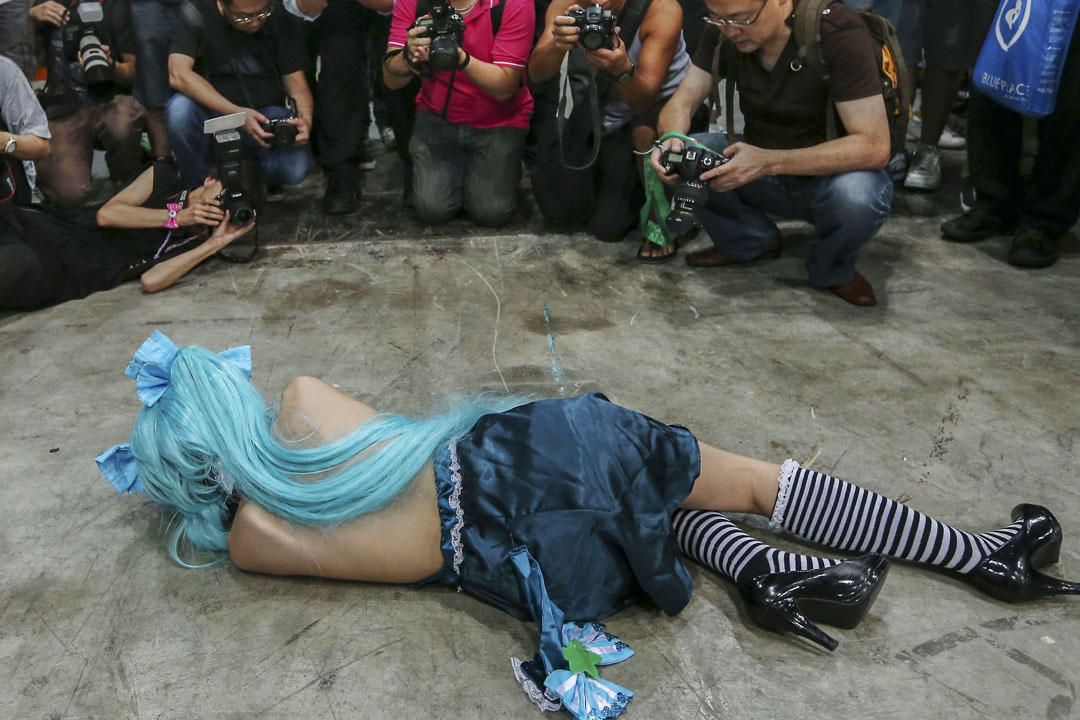 香港動漫展上一個cosplay的女生,被眾多攝影師包圍拍攝。 攝:Sam Tsang/South China Morning Post via Getty Images