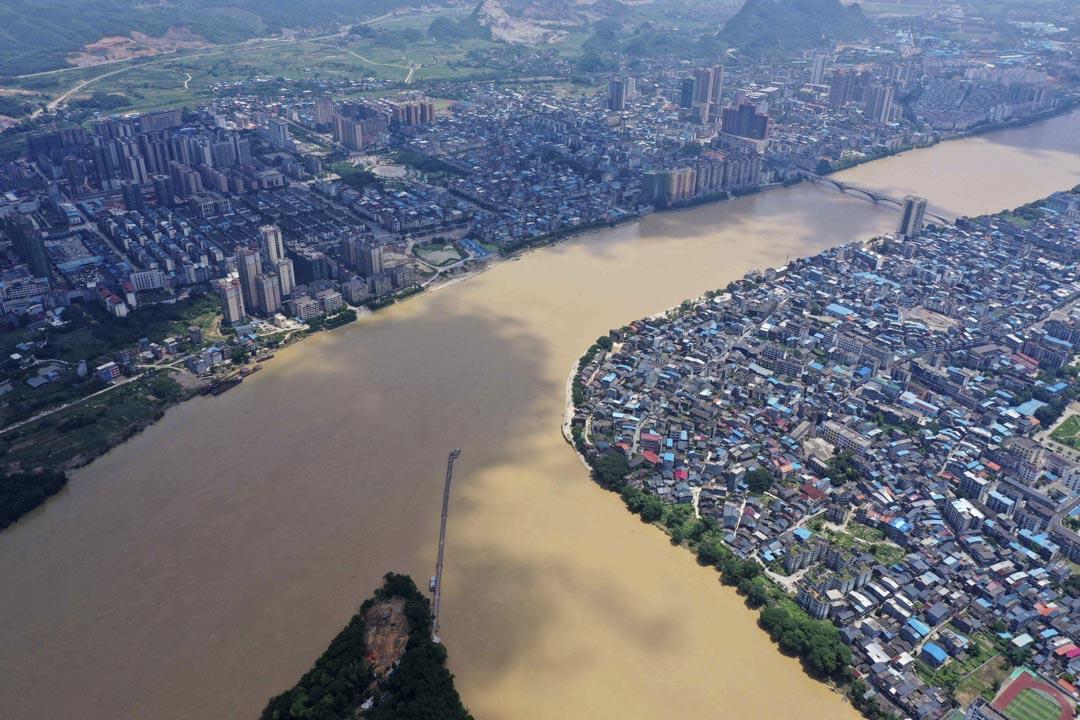2020年7月13日,廣西榮安縣,珠江上游的榕江河水位低於警戒線。
