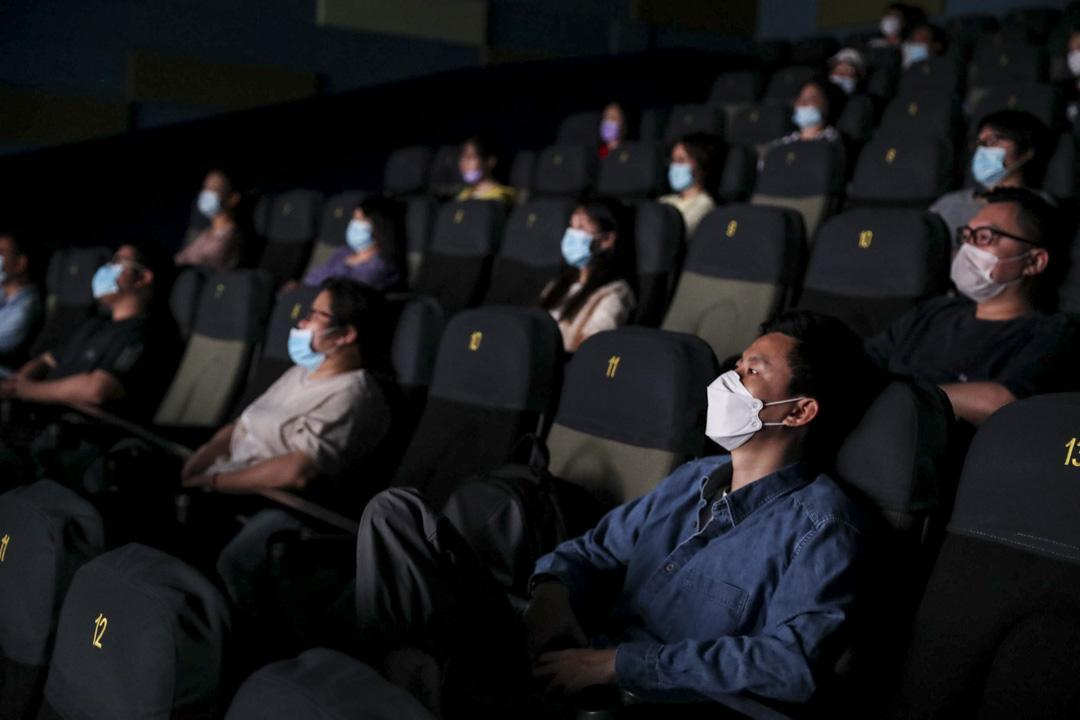2020年7月20日,上海電影院,戴著口罩的觀眾在放映廳看電影。