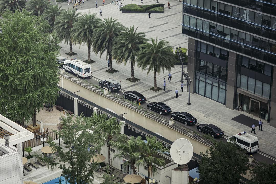 2020年7月24日,傳媒自高處拍攝美國駐成都總領事館內外情況,可見當地公安在總領事館外圍部署人員及車輛巡邏和戒備。 圖片來源:Getty Images