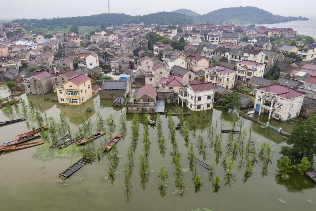 2020年7月19日,南京一條村的房子被洪水淹沒。