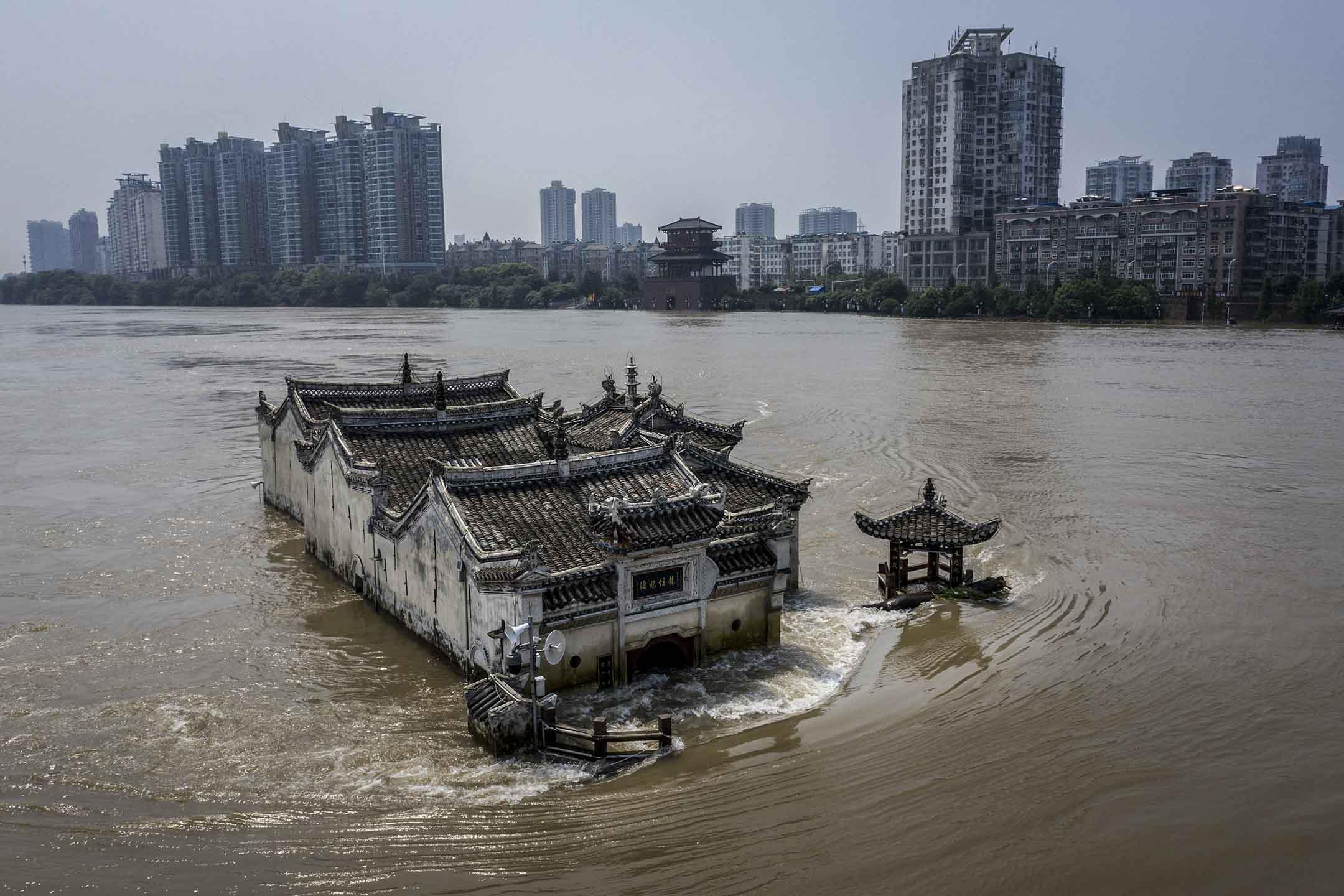 2020年7月24日,湖北鄂州,長江的洪水包圍觀音廟。 圖:Getty Images