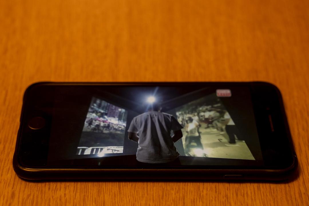 港台電視部製作的《鏗鏘集》在手機程式上播放。