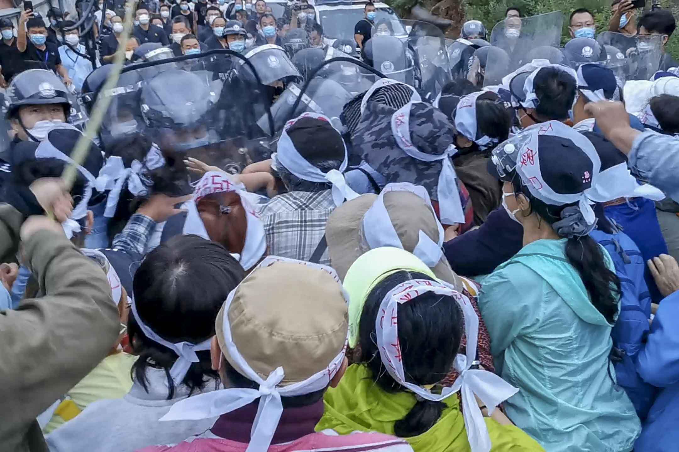 2020年6月29日,北京昌平區瓦窯村居民與防暴警察發生衝突。 網上圖片