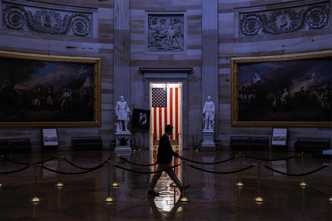 2020年3月24日華盛頓2019冠狀病毒流行期間,一個人走過空無一人的美國國會大廈圓形大廳。