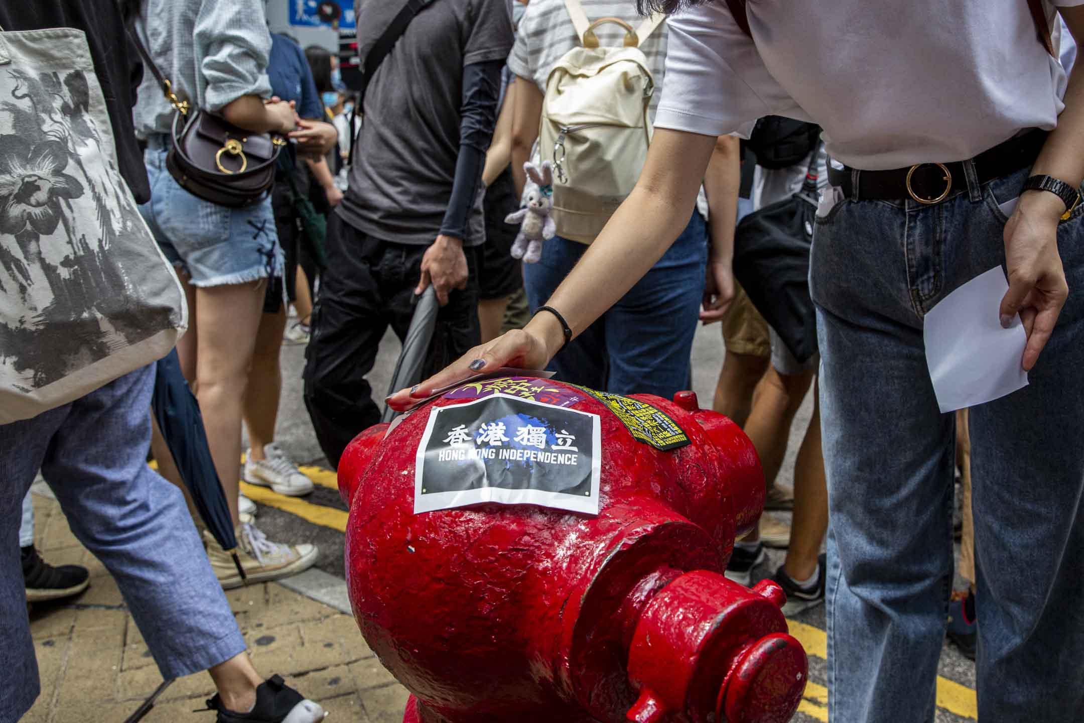 2020年7月1日,有市民將香港獨立的字貼在消防栓。 攝:林振東/端傳媒