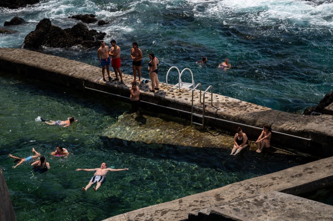 2020年7月26日,西班牙拉帕爾馬島,人們在海水浴池裏避暑。