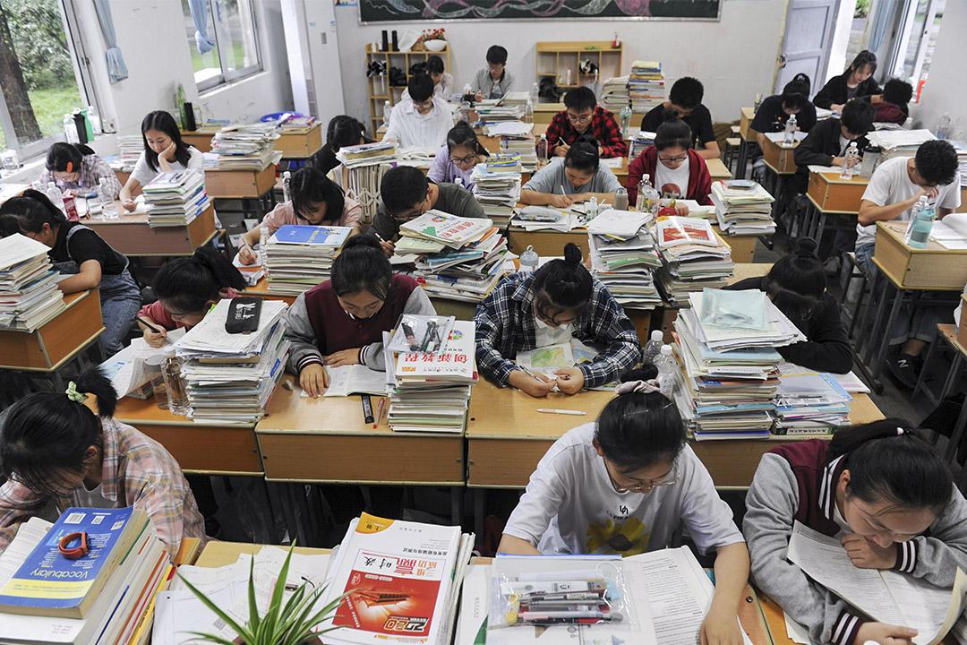 2020年7月7日安徽黃山,學生在一個教室內預備全國高考。