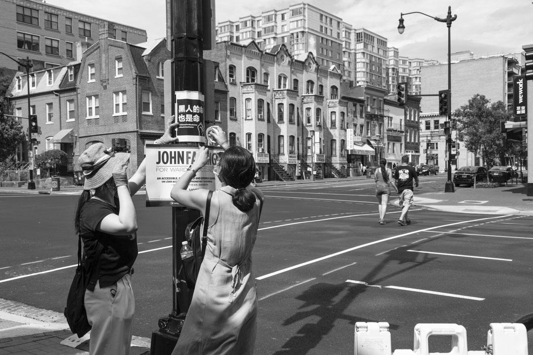 2020年6月27日,Ashley(左)和她的朋友翠子一起在華盛頓中國城張貼「黑人的命也是命」海報。