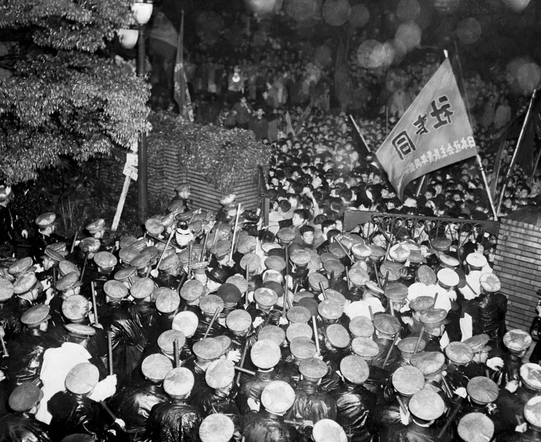 1960年5月26日,在東京首相官邸外,大批警察抵檔學生的推進。
