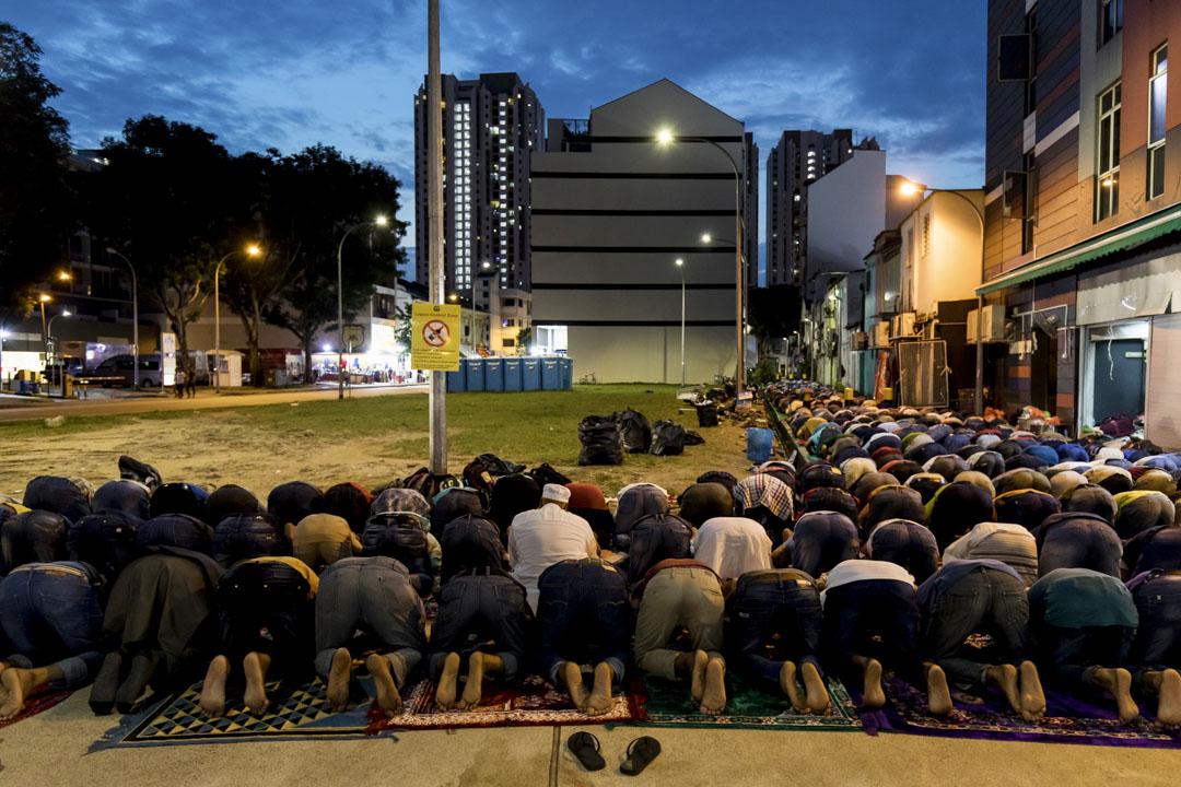 2018年6月13日,新加坡穆斯林在祈禱。