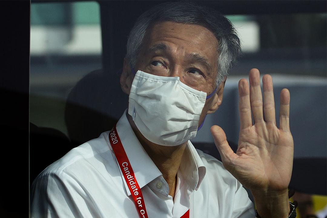 2020年7月10日新加坡,人民行動黨秘書長和新加坡總理李顯龍離開投票中心時向外揮手致意。