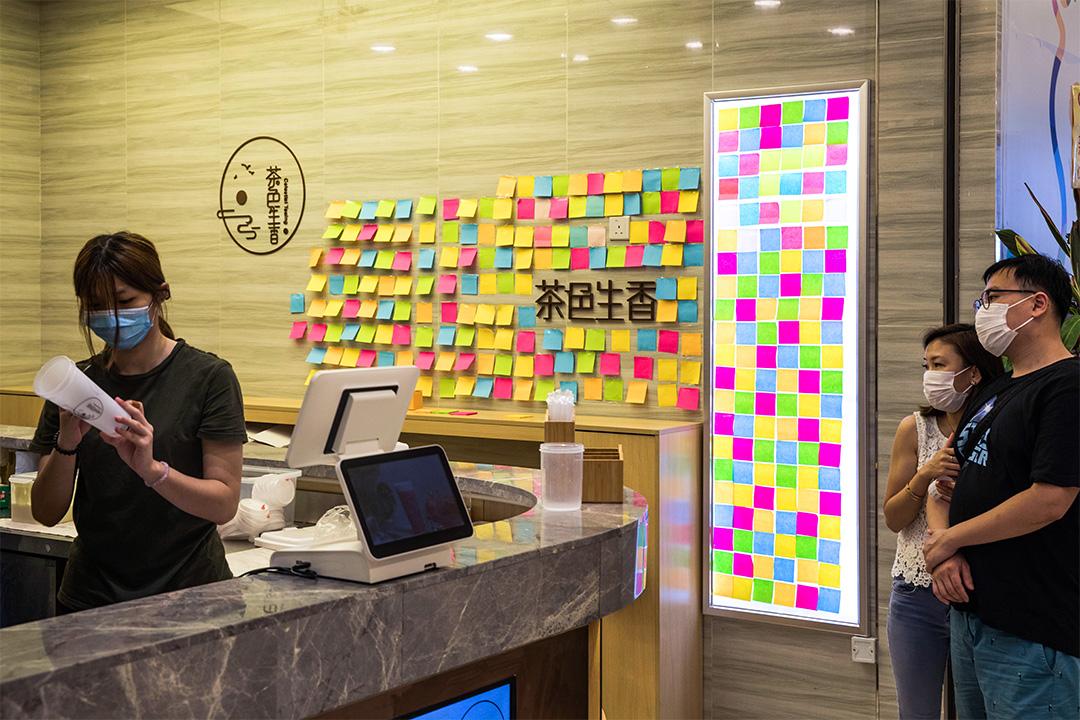 荃灣一間飲料「黃店」茶色生香店內的連儂牆。