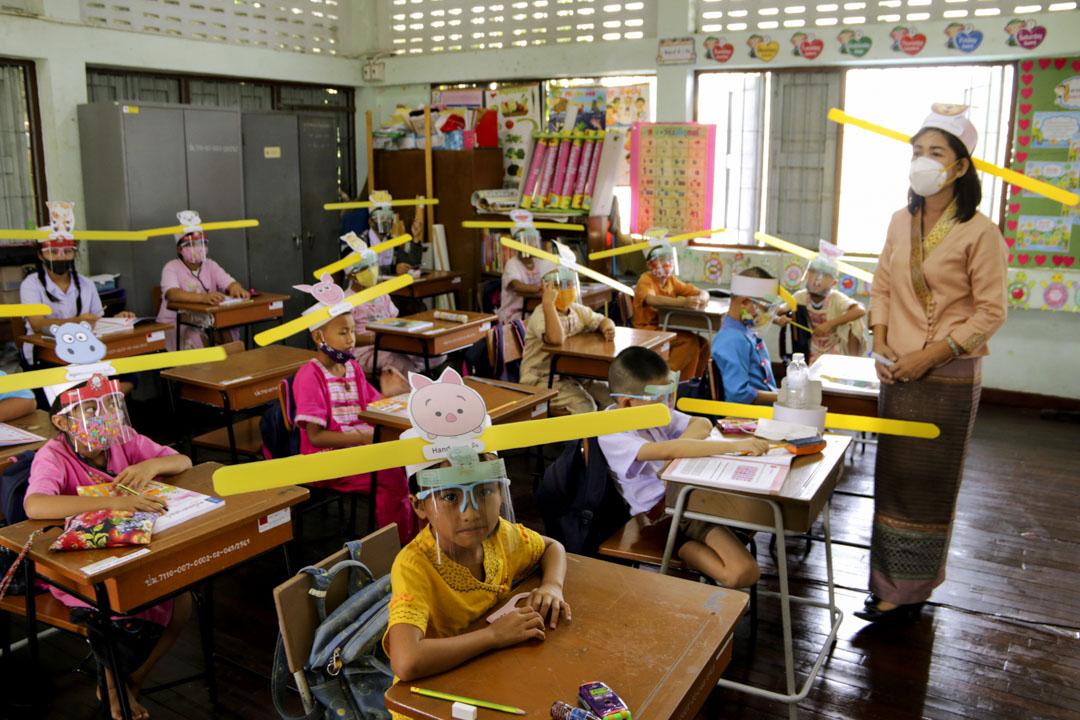2020年7月3日,泰國北部清邁的學校學生都戴著帽子,保持社交距離,以遏制冠狀病毒的傳播。 攝:Wichai Taprieu/AP/達志影像