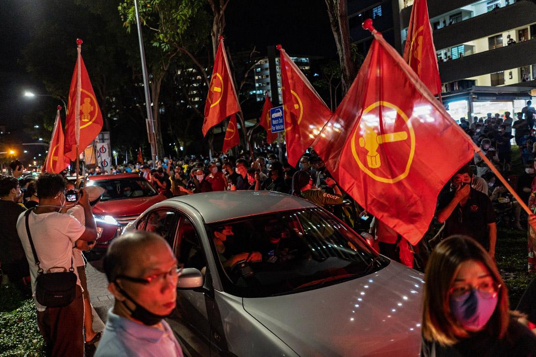 2020年7月11日新加坡,工人黨的支持者得知選舉結果後於新加坡的街道上慶祝。 攝:Zakaria Zainal/Anadolu Agency via Getty Images