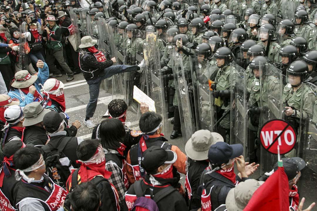 2005年12月14日,南韓的反WTO抗議者在香港會展附近與香港警察發生衝突。