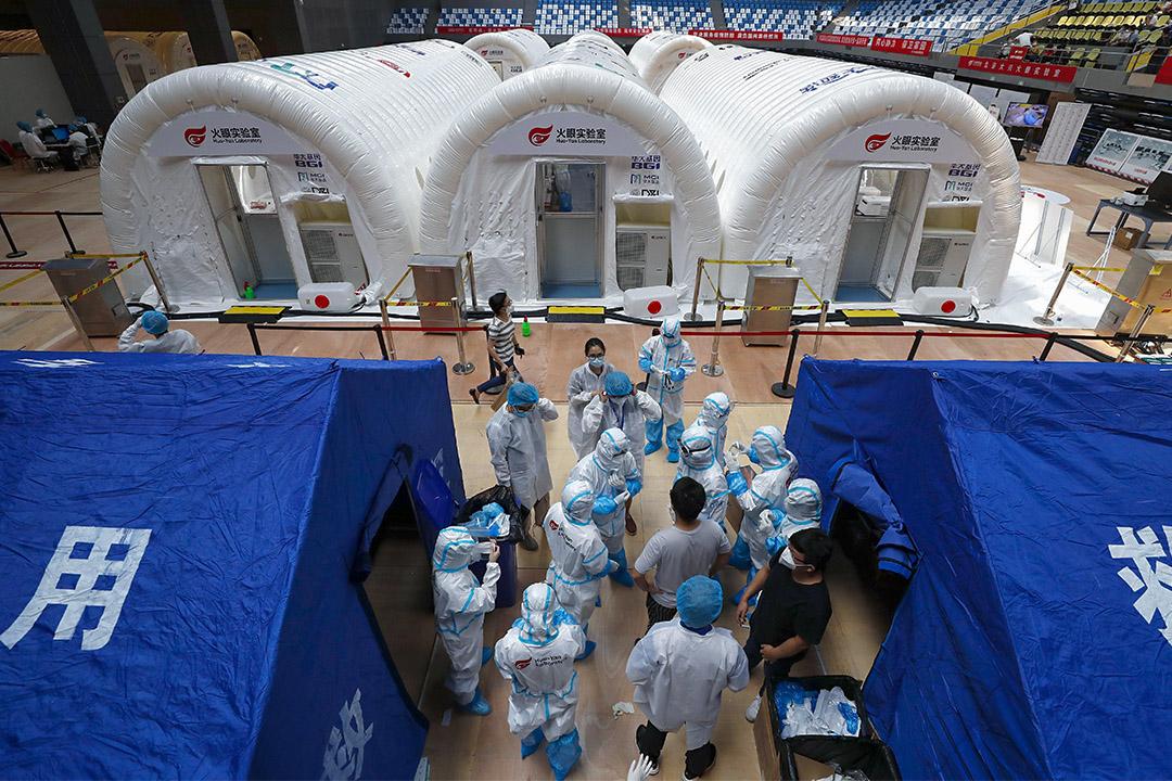 2020年6月23日北京,穿著防護衣的研究人員在大興區體育中心的火眼實驗室工作。