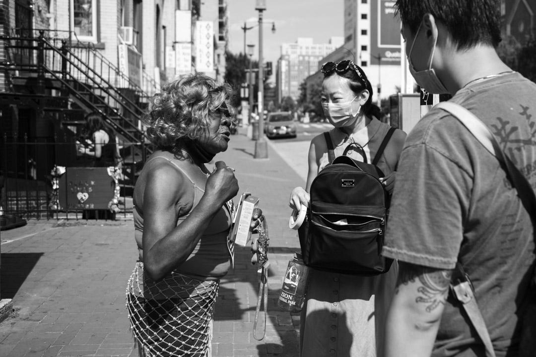2020年6月23日,華盛頓中國城一位的非裔居民和正在貼海報的翠子與Jackie對話,感謝他們。