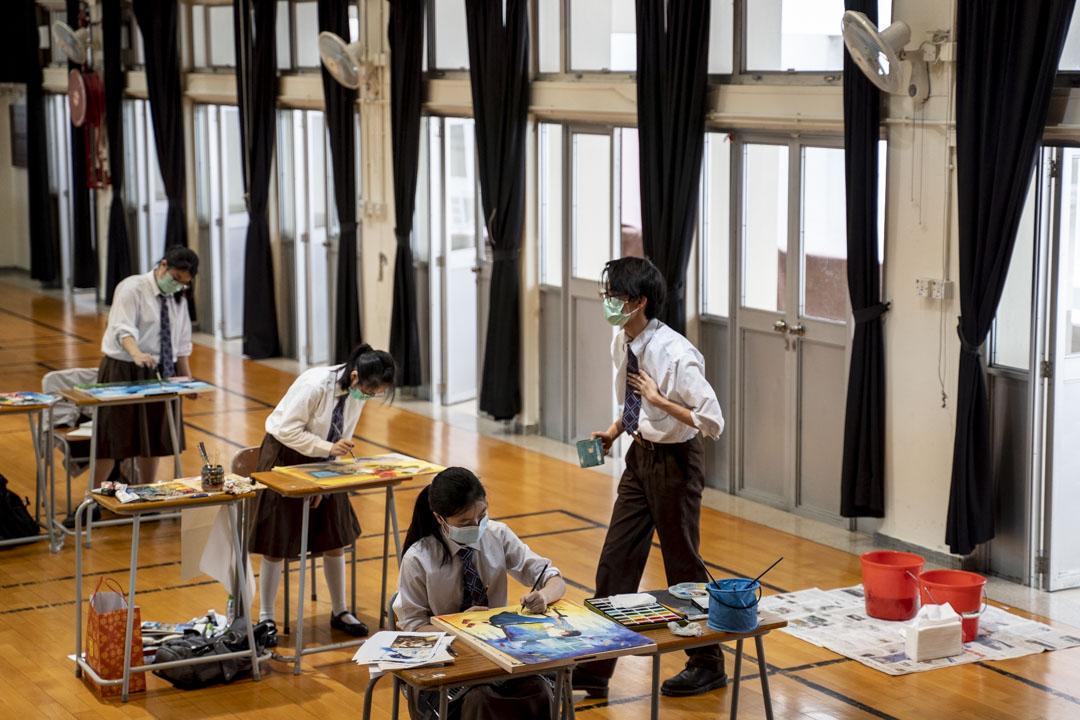 2020年3月,香港停課時期一間中學安排小量學生回校考模擬試。 攝:林振東/端傳媒