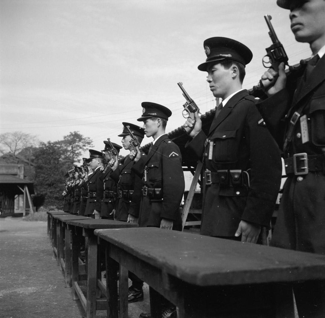 1955年,東京警察學院的學生在排隊練習射擊。