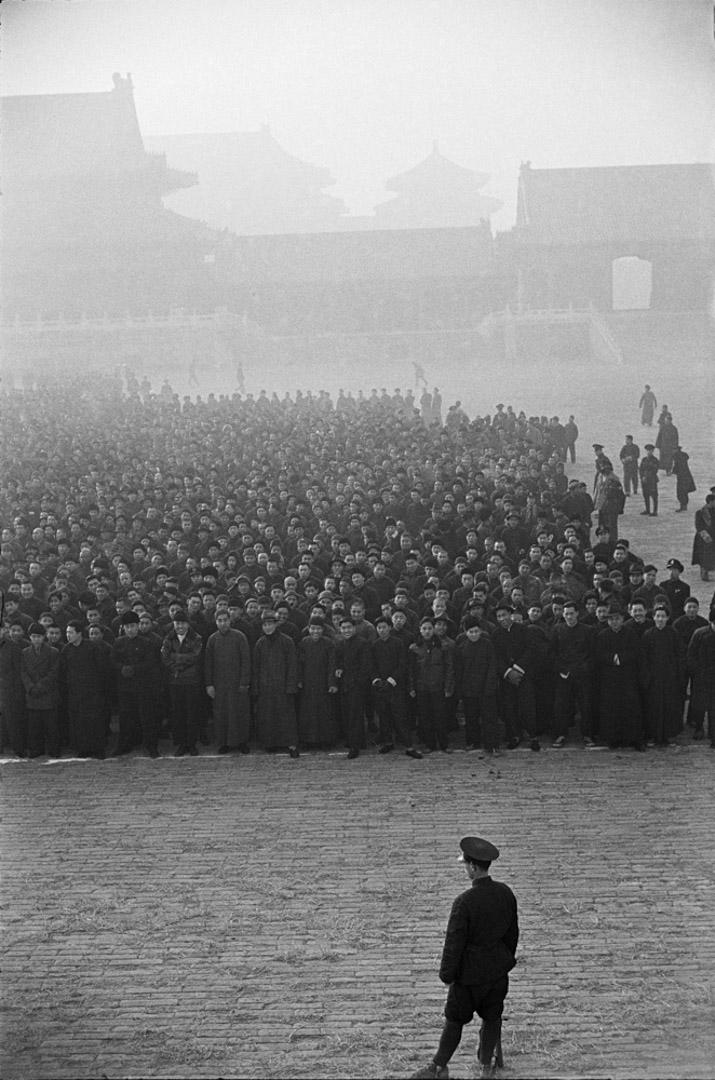 1948年12月,北平,紫禁城中,一萬個新招募的國民黨新兵正在列隊。