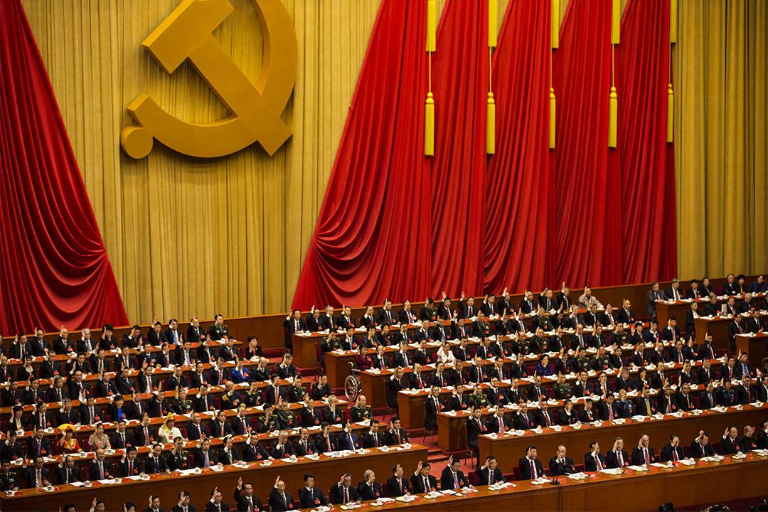 2017年10月24日北京,第十九次全國代表大會閉幕式在中國北京人民大會堂舉行時,黨的領導人和代表們舉手表決。
