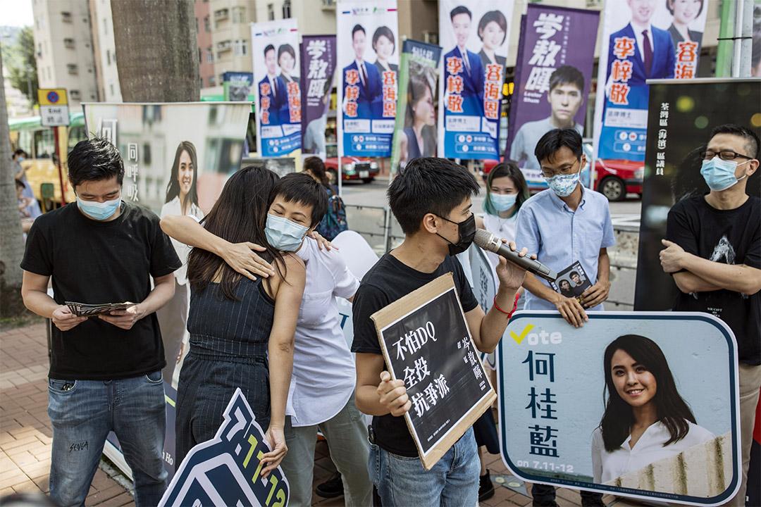 2020年7月12日,何桂藍在大圍街站拉票,歌手何韻詩和黃耀明到場支持。