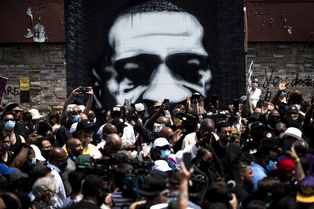 2020年6月2日在明尼蘇達州明尼阿波利斯,紀念喬治·弗洛伊德(George Floyd)的之死的市民聚集在街區。