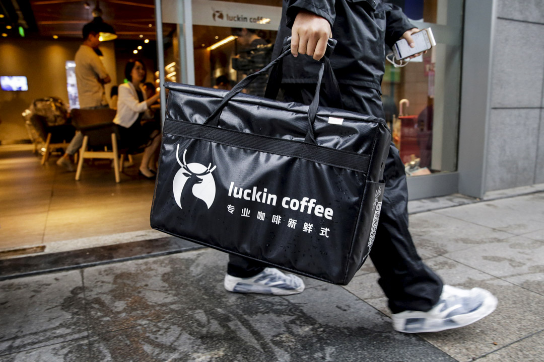 2018年7月17日,北京的Luckin咖啡店,員工出發送外賣。 攝:Jason Lee/Reuters/達志影像