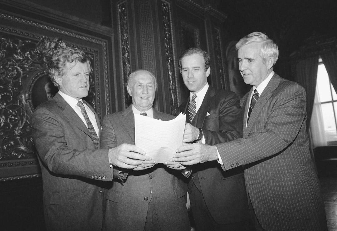 1984年,拜登與共和黨參議員瑟蒙德(左二)共同發起了1984年《綜合犯罪控制法》 。