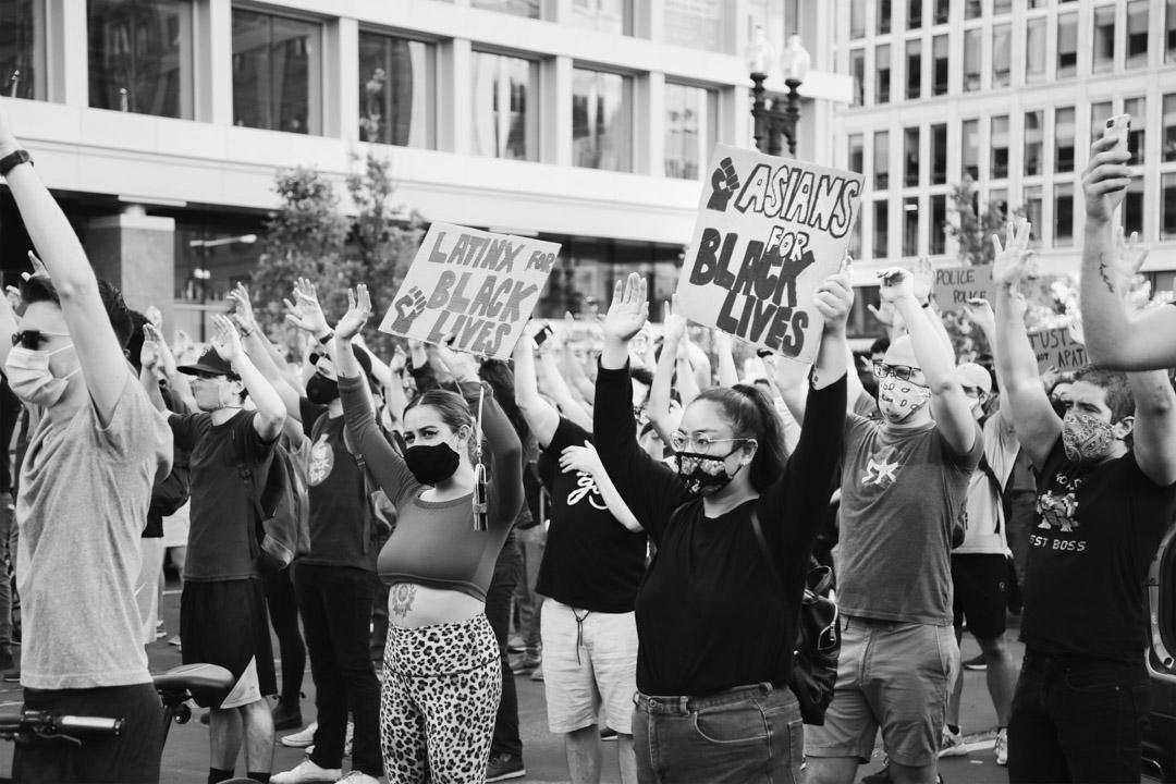 2020年6月27日,白宮前的「黑人同命廣場」上,一名亞裔女性舉着寫有「Asians for Black Lives」的牌子,意為「亞裔與黑人同命運」。