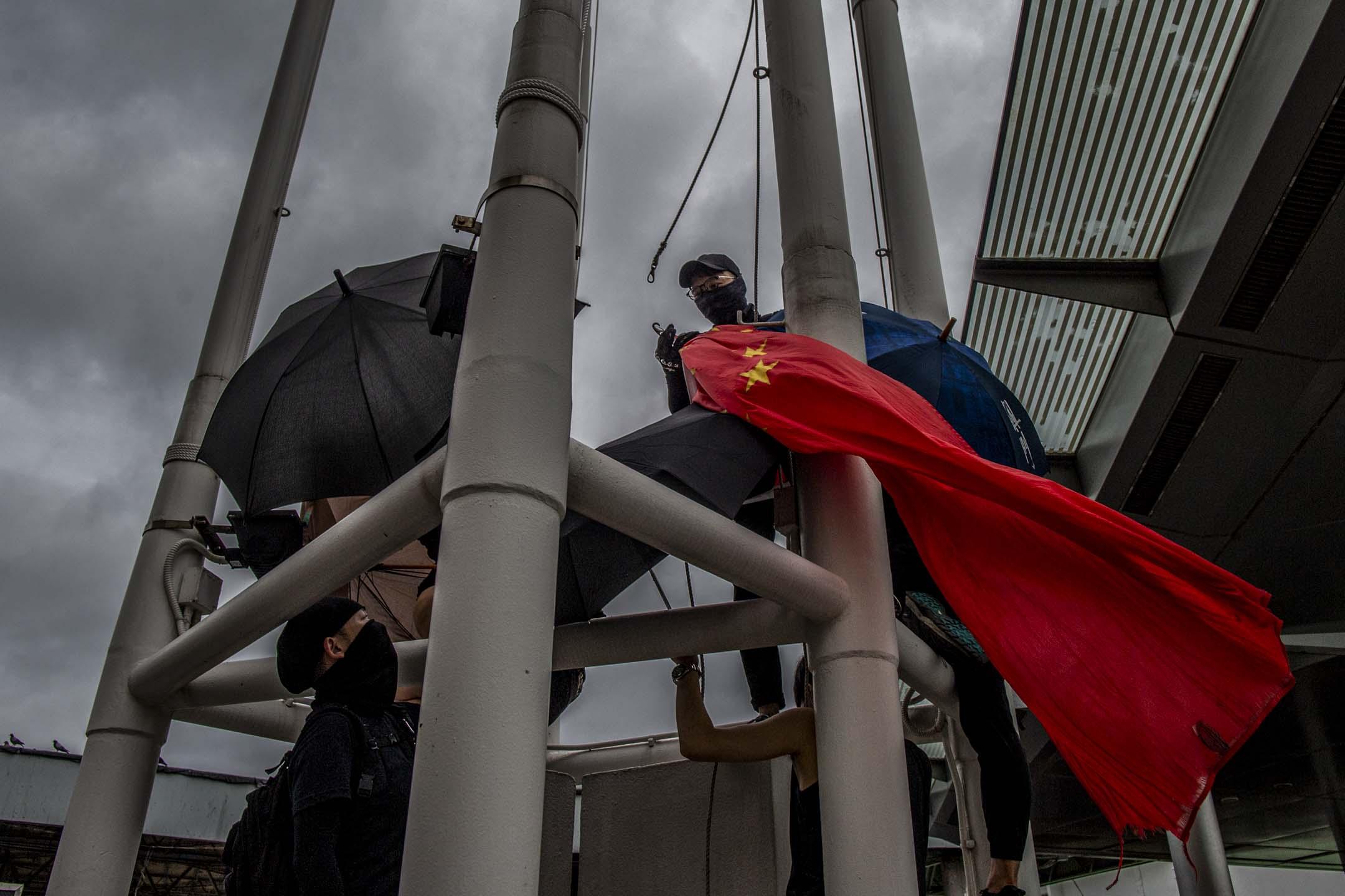 2019年8月3日,示威者在尖沙咀天星碼頭拆下國旗。 攝:林振東/端傳媒