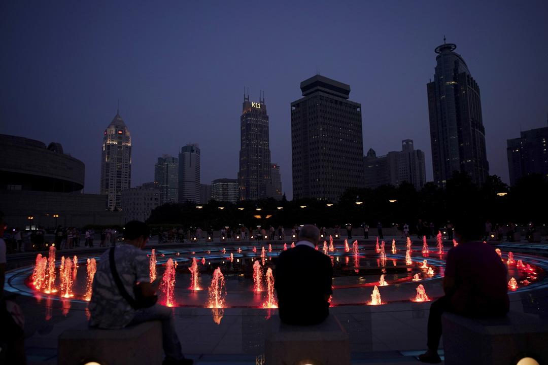 2020年6月4日,上海的人民廣場有紅色噴泉。