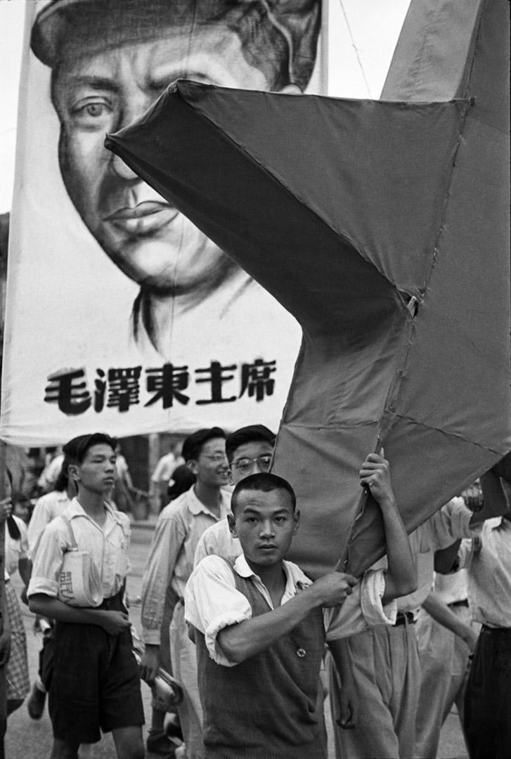 1949年6月12日, 上海,舉著毛澤東像及紅星的學生遊行隊伍。