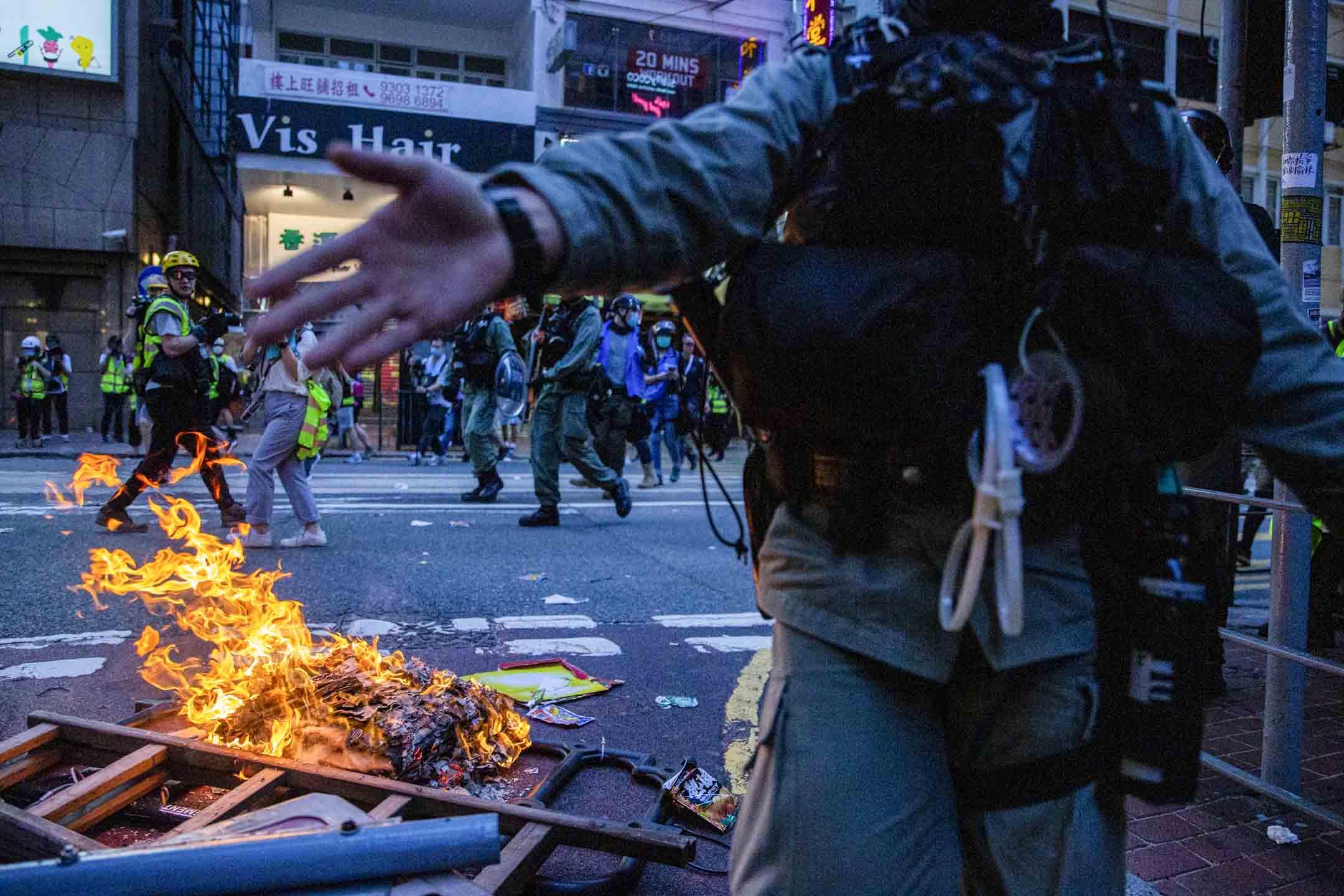 2020年7月1日,有人在銅鑼灣街上焚燒雜物。