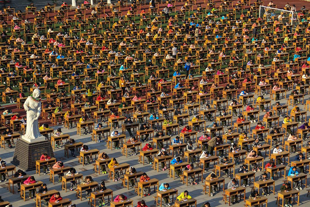 2014年11月13日寶雞市,超過一萬二千名學生在操場進行他們的考試。 圖:Visual China Group via Getty Images