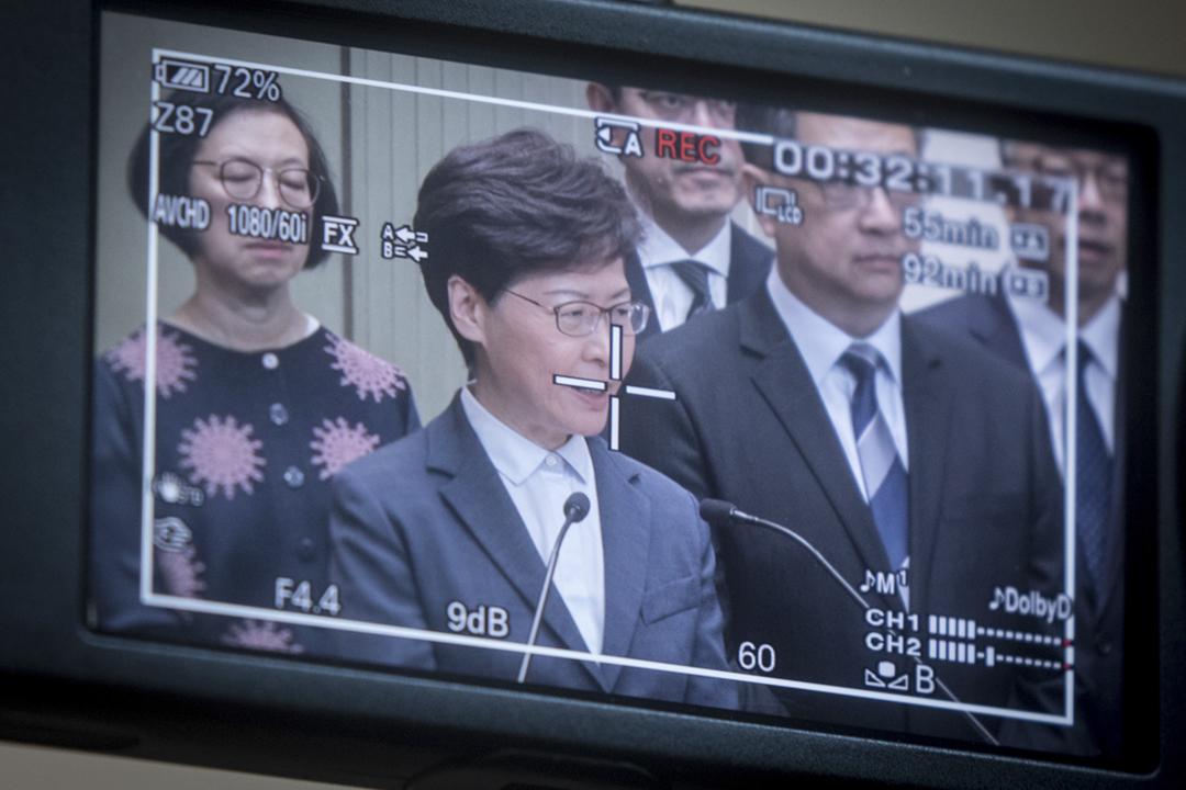 美國傳媒報道,白宮曾擬制裁香港特首林鄭月娥、中國國務院主管港澳事務的副總理韓正等港中官員,但總統特朗普以不願令美中緊張關係進一步惡化為由叫停。圖為2019年7月22日,林鄭月娥率領港府主要官員會見傳媒。 攝:Chris McGrath / Getty Images