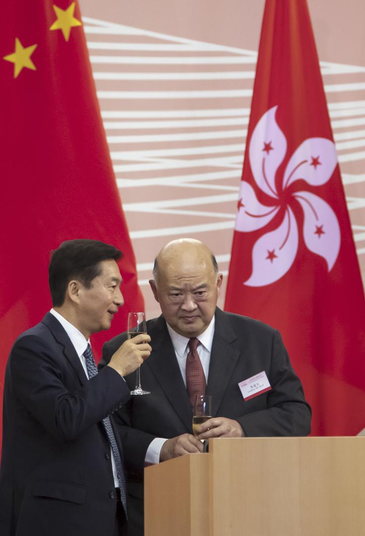 2020年7月1日,香港回歸23週年酒會上,香港終審法院首席法官馬道立與中聯辦主任駱惠寧。